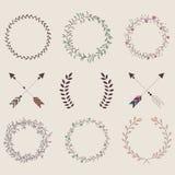 Frecce d'annata disegnate a mano, piume, divisori ed elemento floreale Fotografie Stock
