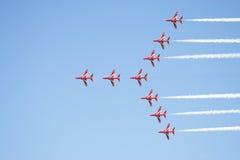 Frecce di colore rosso di volo di formazione Fotografia Stock Libera da Diritti