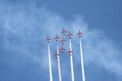 Frecce di colore rosso di volo di formazione Immagine Stock Libera da Diritti