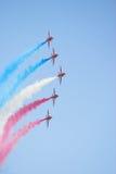 Frecce di colore rosso di volo di formazione Immagini Stock Libere da Diritti