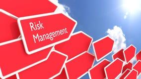 Frecce di concetto della gestione dei rischi e cielo blu soleggiato Immagini Stock