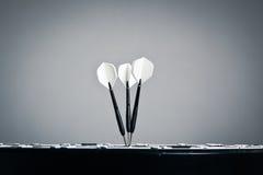 Frecce di Hree nel centro della scheda di dardi Immagini Stock