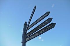 frecce di Multi-direzione che indicano le città intorno al mondo Immagini Stock