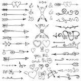 Frecce disegnate a mano di scarabocchio, cuori, elementi valentine Immagine Stock