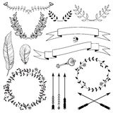 Frecce disegnate a mano, nastri, corone, ramoscelli con le foglie, chiave e piume Insieme decorativo floreale di progettazione di Fotografie Stock Libere da Diritti