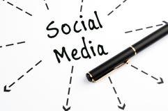 Frecce e penna sociali del wih di parola di media Fotografia Stock Libera da Diritti