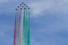 Frecce Tricolori: italienisches aerobatic Team, das italienische Flagge mit Farbrauche zeichnet Lizenzfreie Stockbilder