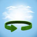 Frecce verdi dall'erba sul fondo del cielo Riciclaggio del concetto Fotografie Stock Libere da Diritti