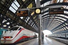 Freccia Argento - белая стрелка - быстроходный поезд готово для отклонения к Венеции в железнодорожном вокзале Милана центральном стоковые изображения rf