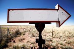 Freccia in bianco del segno dell'annata fotografie stock