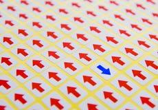 Freccia blu di fronte a colore rosso Immagine Stock