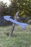 Freccia blu di legno nel cortile Fotografia Stock