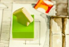 Freccia ceramica verde che indica sul colpo sul fondo defocused dell'illustrazione del salone Fotografia Stock Libera da Diritti