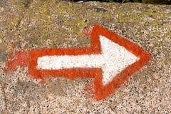 Freccia che segna un percorso di alpinismo su una roccia Fotografia Stock Libera da Diritti