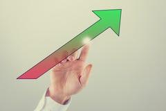 Freccia che si laurea da rosso al verde Immagini Stock