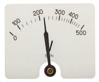 Freccia del voltometro che indica i 220 volt, isolata sulle sedere bianche Fotografia Stock