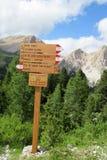 Freccia dell'indicatore di direzione per Alta via de Dolomites Fotografie Stock