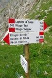 Freccia dell'indicatore di direzione sul passo di montagna in dolomia Immagine Stock