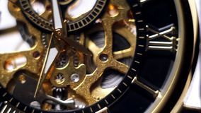 Freccia dell'orologio di oro, primo piano dell'orologio archivi video