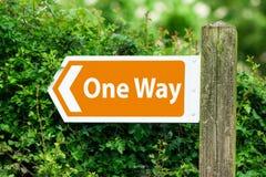 Freccia di direzione, segno ad un modo nel colore arancio Fotografie Stock Libere da Diritti