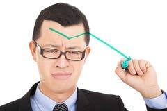 Freccia di verde di tiraggio dell'uomo d'affari giù e tristezza di tatto fotografia stock libera da diritti