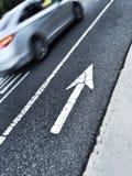 Freccia dipinta sulla via che indica su Fotografia Stock Libera da Diritti