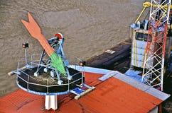 Freccia direzionale all'entrata del canale di Panama Immagini Stock Libere da Diritti