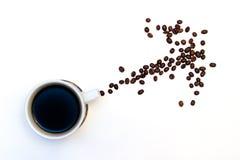 Freccia fatta dei fagioli del coffe con la tazza Fotografia Stock Libera da Diritti