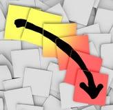 Freccia giù che segue le note appiccicose di perdita di guasto Immagini Stock