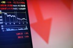 Freccia rossa del calo di prezzi di crisi delle azione giù la caduta del grafico sullo schermo mobile fotografia stock libera da diritti
