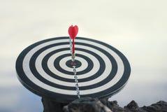 Freccia rossa sparata del dardo nel centro del bersaglio Concetto per mirare al successo ed al vincitore immagini stock libere da diritti