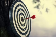 Freccia rossa sparata del dardo nel centro del bersaglio Concetto per mirare al successo ed al vincitore immagini stock