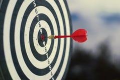 Freccia rossa sparata del dardo nel centro del bersaglio Concetto per mirare al successo ed al vincitore fotografie stock libere da diritti
