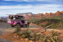 Freccia rotta Slick Rock di Jeep Terrain Vehicle Tourists Vacation Sedona Arizona di rosa fotografia stock