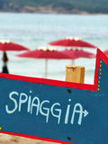 Freccia spiaggia arrow. Blue and red stock photography