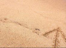 Freccia sulla sabbia che indica su fotografia stock