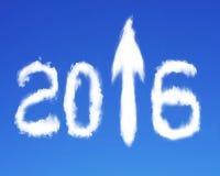 freccia 2016 sulle nuvole bianche di forma del segno su cielo blu Fotografie Stock
