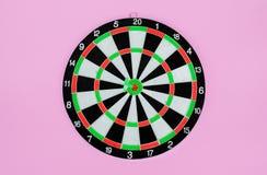 Freccia verde del dardo che colpisce nel centro dell'obiettivo del bersaglio, metafora per mirare al successo, concetto del vinci fotografie stock