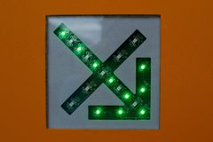 Freccia verde su una fine dello schema circuitale su immagine stock