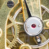 Freccia vermiglia di regolazione e della pietra in orologio da tasca fotografia stock libera da diritti