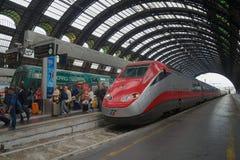 Frecciarossa ETR 500 szybkościowy pociąg przyjeżdża na środkowej staci kolejowej, Mediolan obraz stock