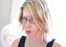 So frech! Gestörte junge Frau des verärgerten Nahaufnahmegesichtes Lizenzfreie Stockbilder
