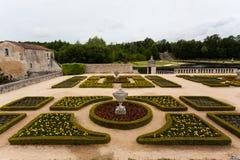 Frech trädgård i den La Roche Courbon slotten royaltyfria foton