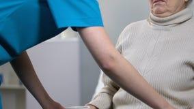 Freche ältere Frau, die ablehnt, Brei im Pflegeheim, untasty Nahrung zu essen stock footage