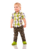 Frecher blonder kleiner Junge kurz gesagt und Hemd Stockfotos