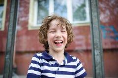 Frecher Junge lacht nett Stockfotografie