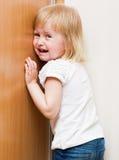 Freches Kind steht in der Ecke lizenzfreies stockbild