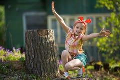 Freches Mädchen, das nahe einem Landhaus spielt Lizenzfreie Stockfotos