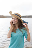 Freckled девушка в раковине шляпы усмехаясь и слушая Стоковое фото RF