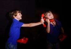 Freckled мальчик говоря прежний красный телефон, двух-экспозицию стоковые фото